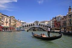 在Rialto桥梁的长平底船在大运河,威尼斯,意大利 库存照片