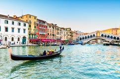 在Rialto桥梁的长平底船在威尼斯,意大利 库存图片