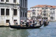 在Rialto桥梁附近的大运河在威尼斯 免版税库存照片