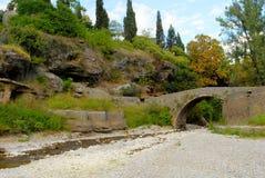 在Ribnica河,波多里加的老桥梁 库存图片
