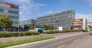在Richtistrasse街道上的办公楼在Wallisellen, Swi 免版税库存图片