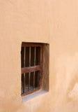 在riffa小的墙壁视窗里面的巴林堡垒 库存图片
