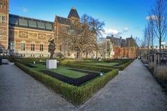 在Rijksmuseum (全国状态mu前面的很多游人 免版税库存照片