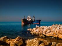 在Riprap工作的干货船 免版税库存照片