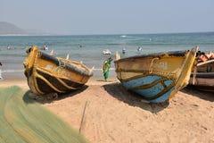 在Rishikonda海滩的渔船在Vishakhpatnam 库存照片