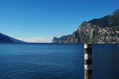 在riva视图附近的del garda意大利湖 库存图片