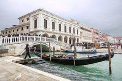 在Riva degli被停泊的长平底船Schiavoni前面 库存图片