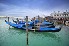 在Riva degli Schiavoni前面的长平底船 图库摄影
