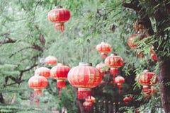 在riverAsian朱红色的灯笼光中国亚洲的桥梁 库存图片