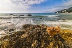 在Rocce nere海滩的心形的石头在日出, Conero NP 免版税库存图片