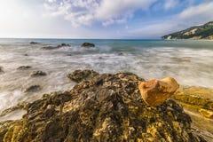 在Rocce nere海滩的心形的石头在日出, Conero NP 图库摄影