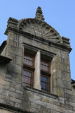 在Rocherfort enterre位于的一个石房子的窗口,法国,由一个被雕刻的弯曲的山墙饰战胜 免版税库存图片