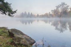在Rock湖的有薄雾的早晨,西维吉尼亚 库存图片