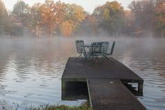 在Rock湖的有薄雾的早晨,西维吉尼亚 库存照片