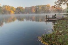 在Rock湖的有薄雾的早晨,西维吉尼亚 免版税库存照片