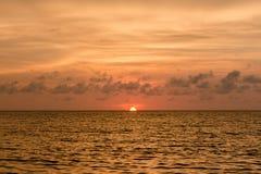 在Rodadero海滩的美好的四种颜色日落,圣玛尔塔,哥伦比亚 图库摄影