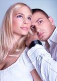 在romancing的摆在的一对有吸引力的可爱的夫妇 库存图片