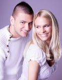 在romancing的摆在的一对有吸引力的可爱的夫妇 免版税库存照片