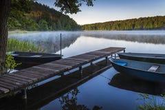 在Roofen湖的清早阴霾 免版税库存照片