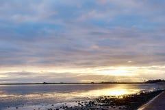 在Roosebeck,莫克姆海湾的日落。 免版税图库摄影