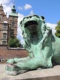 在Rosenborg城堡前面的狮子雕象 库存图片