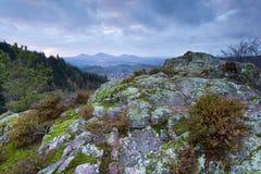 在rosky山的被覆盖的日落 免版税库存照片