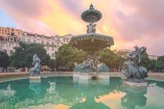 在Rossio广场的喷泉纪念碑在里斯本 免版税库存图片