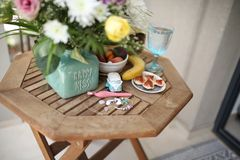 在rotang木桌设定的健康早晨早餐 库存照片
