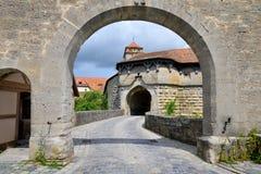 在Rothenburg ob der陶伯的Spital本营门在德国 库存照片