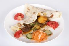 在Roti的羊肉咖喱用红萝卜、黄瓜和蕃茄Sambal 免版税库存图片