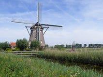 在Rotte河的风车在Zuidplaspolder 免版税库存照片