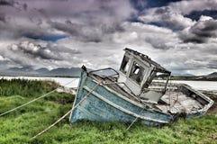 在Roundstone的被风化的小船 库存图片
