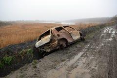 在RSPB沼泽地自然保护边缘的被窃取的烧坏的汽车 库存照片