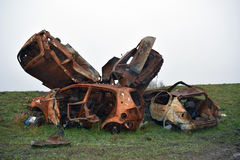 在RSPB沼泽地自然保护边缘的被窃取的烧坏的汽车 免版税库存图片