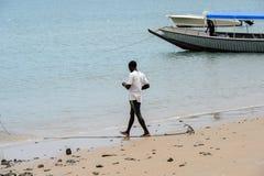 在Rubane海岛的海岸的未认出的本机,一部分的t 免版税库存图片