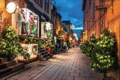 在Rue du小尚普兰的圣诞装饰在更低的奥尔德敦在晚上-魁北克市,加拿大 图库摄影