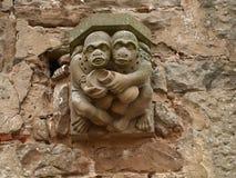 在Rufford修道院诺丁汉墙壁上的面貌古怪的人在舍伍德森林英国附近的 库存照片