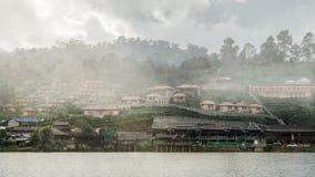 在rukthai村庄的薄雾早晨时间的 库存图片