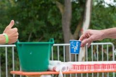 在runnin期间,雷根斯堡,巴伐利亚,德国, 2017年8月06日,第28雷根斯堡三项全能2017年,赛跑者采取塑料杯子用水 免版税库存照片