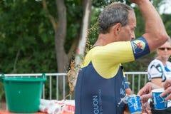 在runnin期间,雷根斯堡,巴伐利亚,德国, 2017年8月06日,第28雷根斯堡三项全能2017年,赛跑者采取塑料杯子用水 库存图片