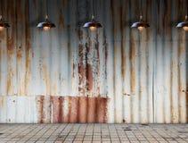 在Rusted的灯镀锌了有砖地的铁板材 免版税库存照片