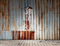 在Rusted的灯镀锌了有砖地的铁板材 库存图片
