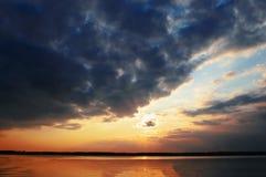 在Rver的日落自然 免版税库存图片