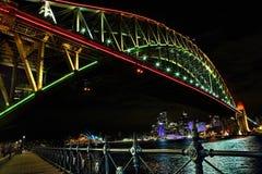 在rvibrant颜色的悉尼港桥在生动的悉尼期间 免版税库存照片
