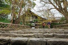 在Ryoanji寺庙的台阶在京都,日本 免版税库存图片