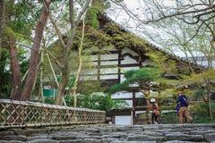 在Ryoanji寺庙的台阶在京都,日本 免版税库存照片