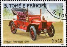 在S打印的邮票 大型书本e普林西比显示减速火箭的汽车流浪者敞蓬旅游车的图象1907年发行 图库摄影