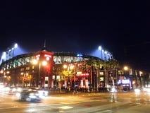 在s期间,外部AT&T在晚上停放作为轻的亮光入体育场 免版税库存图片
