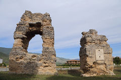 在S附近大教堂的罗马坟墓  Pelino 库存图片