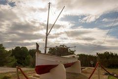 在sa小海湾caleta的小船在伊维萨岛 免版税图库摄影